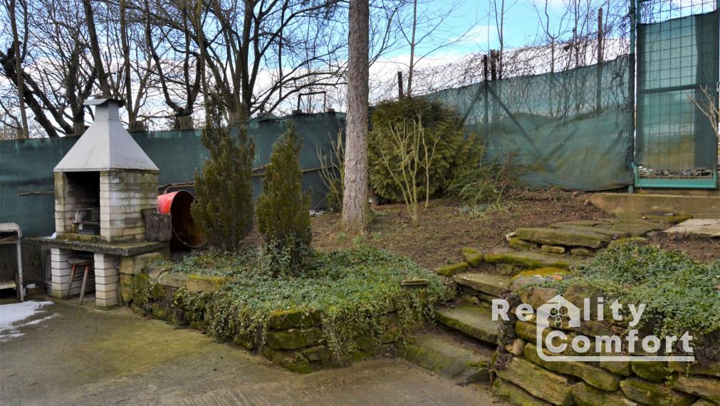 Záhradka s murovanou chatkou